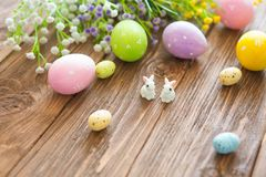 begrepp lyckliga easter Kaniner med easter ägg på trätabellen Gullig liten påskkanin Arkivbild
