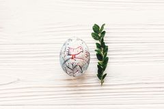 begrepp lyckliga easter stilfullt målat ägg på vitt lantligt trä Arkivbilder