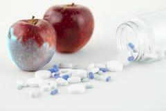 Begrepp: människaGMO behandlig av naturen och släktingen förgiftade frukter Närbild av ett äpple som förorenas, genom att  royaltyfri fotografi
