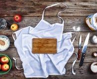Begrepp: Matlagning som bakar Kitchenware och en variation av produkter för stekhett slut upp på en lantlig tabell ovanför sikt f arkivfoton