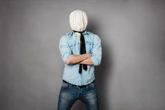 Begrepp med en person med framsidan under ett textilmaterial fotografering för bildbyråer