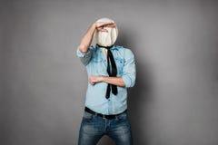 Begrepp med en person med framsidan under ett textilmaterial arkivfoton
