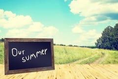 Begrepp med svart tavla och soligt landskap för sommar Arkivfoto