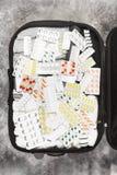 Begrepp som samlar resväskan i ferie, medicinska preventivpillerar på ferie Royaltyfria Foton