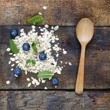 Begrepp: sunt äta Blåbär, havreflingor och mintkaramellsidor Bästa veiw royaltyfria bilder