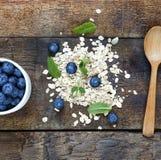 Begrepp: sunt äta Blåbär, havreflingor och mintkaramellsidor Bästa veiw fotografering för bildbyråer