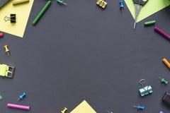 Begrepp tillbaka till linjen för skolaklockakrita kakabrevpapper på svart bakgrund royaltyfria bilder