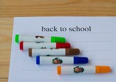 Begrepp tillbaka till skolan Ark av papper med text tillbaka till skolan och färgrika markörer Arkivfoton
