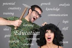 Begrepp - utbildning som lär, handleder Sätta information i huvud En man bultar spikar in i en flickas huvud Arkivbilder