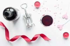 Begrepp Valentine Day med vin på den bästa sikten för vit bakgrund Arkivbild