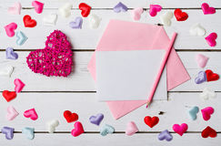 Begrepp vid 14 Februari: ett tomt ark av papper, ett kuvert och Arkivfoto
