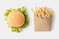 Begreppet av åtlöje upp hamburgaren och fransman steker på vit bakgrund royaltyfri foto