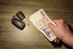 Begreppet av att sälja och att köpa en bil arkivbild