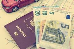 Begreppet av billoppet: passet och översikten Några räkning-euro kassa Röd bilmodell Mjukt bearbeta i retro stil royaltyfri foto