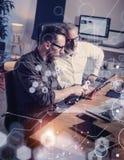 Begreppet av den digitala skärmen, symbolen för faktisk anslutning, diagrammet, graf har kontakt Vuxen affärsman som arbetar samm Fotografering för Bildbyråer