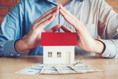 Begreppet av den hem- äganderätten och dollar räkningar fotografering för bildbyråer