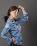 Begreppet av den starka mitt åldrades kvinnan för sexig modern makt Arkivfoto