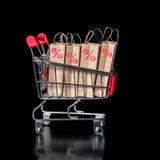 Begreppet av den svarta fredag shoppingvagnen med procent för pappers- påsar är Arkivfoto
