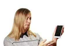 Begreppet av en bruten grej Den frustrerade kvinnan visar hennes hand på den brutna skärmen av smartphonen stock video