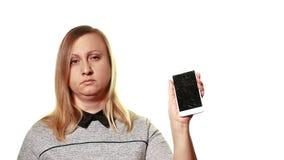 Begreppet av en bruten grej Den tröttade upprivna kvinnan visar en bruten smartphoneskärm stock video