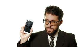 Begreppet av en bruten grej Den uppsökte affärsmannen i exponeringsglas som visar den brutna smartphoneskärmen, är han i chock oc stock video