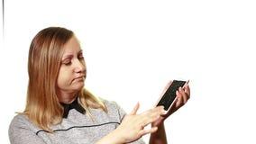 Begreppet av en bruten grej En frustrerad kvinna försöker att vända på en bruten smartphone, hans skärm är bruten stock video