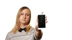 Begreppet av en bruten grej Frustrerad och trött medelålders kvinna som framme rymmer en smartphone av honom, hans skärm stock video