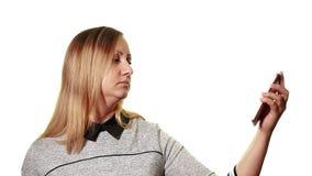 Begreppet av en bruten grej Frustrerad trött kvinna se hennes smartphone med en bruten skärm lager videofilmer