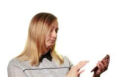 Begreppet av en bruten grej Trötta frustrerade kvinnaförsök att vända på hennes smartphone Det är en bruten skärm, det lager videofilmer