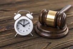 Begreppet av en klocka och en hammare av domaren Arkivbild