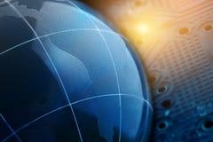 Begreppet av ett globalt internetnätverk Digital bakgrund av blåttfärg Arkivbilder