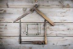 Begreppet av ett hus under konstruktion Gammalt träskrivbord Gamla rostiga snickerihjälpmedel Royaltyfria Foton