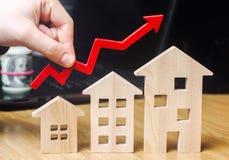 Begreppet av fastighetmarknadstillväxt Förhöjningen i huspriser Stigande priser för hjälpmedel Ökande intresse in fotografering för bildbyråer