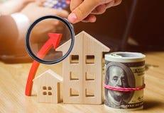 Begreppet av fastighetmarknadstillväxt Förhöjningen i huspriser Stigande priser för hjälpmedel Ökande intresse in royaltyfria foton