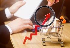 Begreppet av fastighetmarknadstillväxt Förhöjningen i huspriser Stigande priser för hjälpmedel Ökande intresse in arkivfoton