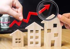 Begreppet av fastighetmarknadstillväxt Förhöjningen i huspriser Stigande priser för hjälpmedel Ökande intresse in arkivbilder