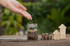 Begreppet av finansiella besparingar som köper ett hus Royaltyfri Bild