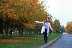 Begreppet av gatamode Ung härlig modell i staden härlig le kvinna Dynamiskt går unga flickan ner Arkivfoton