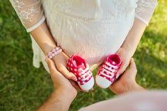 Begreppet av havandeskap, de nyfödda förväntningarna Bästa sikt av Arkivfoton
