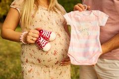 Begreppet av havandeskap och nytt liv Gravida par som rymmer b Royaltyfria Foton