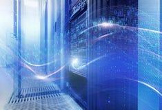 Begreppet av informationsteknik, stora data, säkerhet och dataintrånget Vågorna av den binära koden täcker datorhallen Arkivfoton