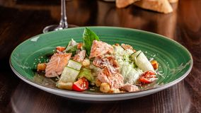 Begreppet av italiensk kokkonst Caesar sallad med laxen, grönsallatblandningen, körsbärsröda tomater och parmesanost royaltyfri foto