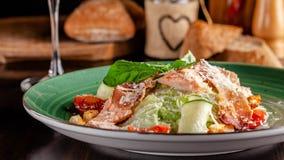 Begreppet av italiensk kokkonst Caesar sallad med laxen, grönsallatblandningen, körsbärsröda tomater och parmesanost glass vit wi fotografering för bildbyråer