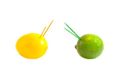 Begreppet av kriger eller stridighet. Citron och limefrukt mot varje annan Arkivbilder
