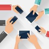Begreppet av laget av affären genom att använda minnestavlan och ilar telefonen med mobiltelefonen royaltyfri illustrationer