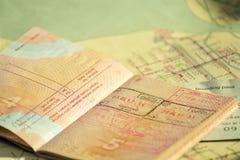 Begreppet av loppet Ryskt pass med visum Passet och den plana biljetten är på den gamla översikten Solljus och skugga royaltyfri fotografi