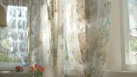 Begreppet av morgonen h?rliga gardiner med ett blom- tryck vinkar i vinden fr?n ett halv?ppet f?nster Sun ljus royaltyfri illustrationer