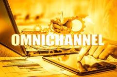 Begreppet av Omnichannel mellan apparater som förbättrar kapaciteten av företaget Innovativa lösningar i affär arkivbilder