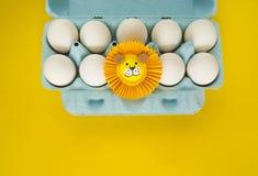 Begreppet av påsken med gulliga och gladlynta handgjorda ägg Royaltyfri Fotografi