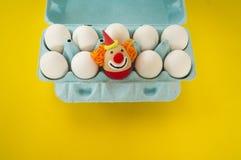 Begreppet av påsken med gulliga och gladlynta handgjorda ägg Royaltyfria Bilder